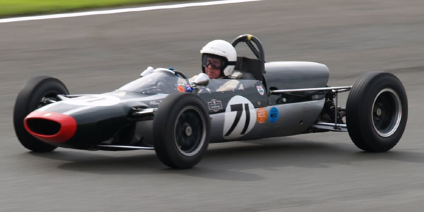 Alan Baillie in the Cooper T71/73 at the Silverstone Classic in 2007. Licenced by Darren Teagles under Creative Commons licence Attribution 2.0 Generic (CC BY 2.0). Original image has been cropped.